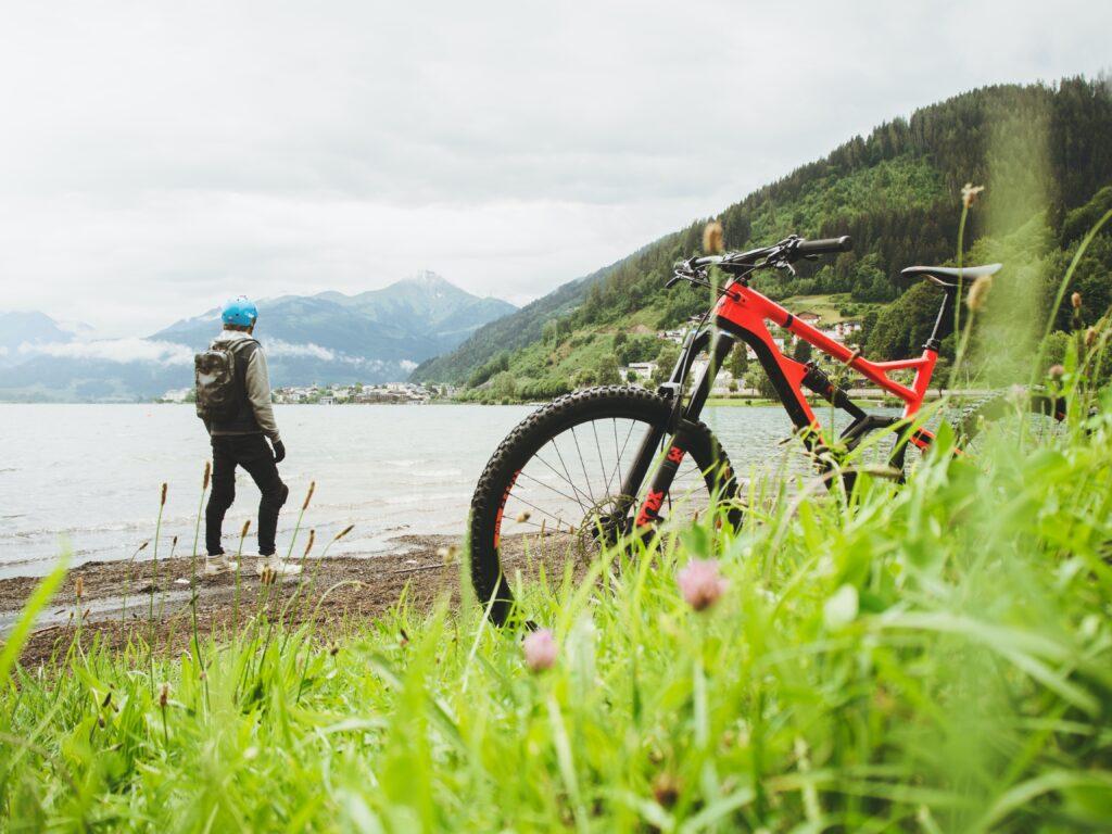 VTT électrique rouge en bord de lac avec un homme