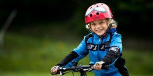 Enfant content de faire du vélo